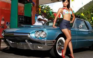 Chica de piernas largas con el coche.