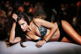 Würdevolles Mädchen Adriana Lima.