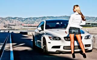 Foto da menina na parte de trás em um fundo de carro BMW alemã elegante e predatória.